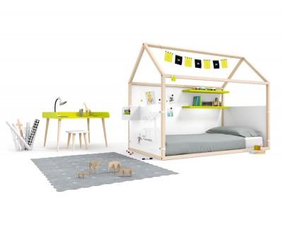 Chambre pour enfant composée d'un lit maison fermé avec étagères