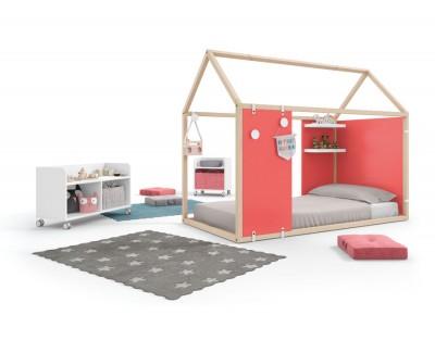 Chambre enfant composée d'un lit maison fermé avec étagères