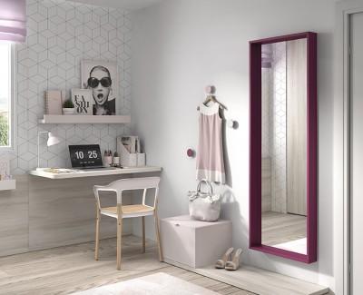 Chambre avec lit escamotable (ouverture avec assistant vocal) avec armoire et bureau avec étagères